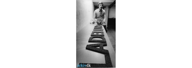 Fabrikant Hans Ladelund med et af sine skilte. Stårupvej 17, 1978.<br>